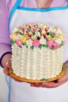 Kuchen in den händen Premium Fotos