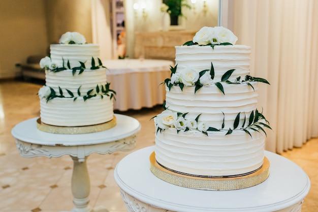 Kuchen in einem restaurant auf dem tisch