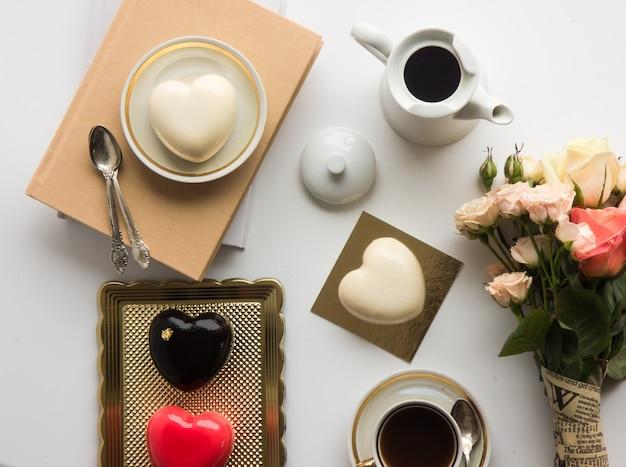 Kuchen in form eines herzens am valentinstag