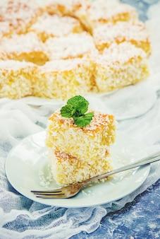 Kuchen in kokosraspeln. selektiver fokus essen.
