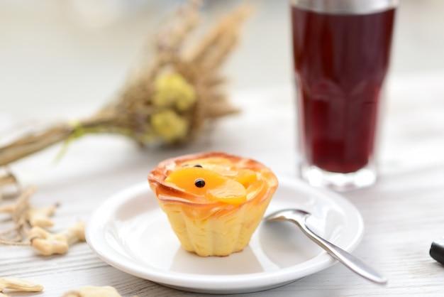 Kuchen korb mit früchten