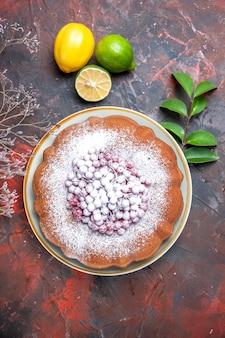 Kuchen kuchen mit roten johannisbeeren powerzucker zitrusfrüchte und blätter