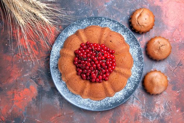 Kuchen mit beeren der appetitliche kuchen mit beeren cupcakes und weizenähren