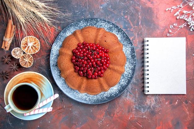 Kuchen mit beeren kuchen mit beeren süßigkeiten eine tasse tee zitrone weißes notizbuch