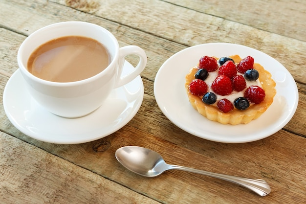 Kuchen mit beeren und kaffee