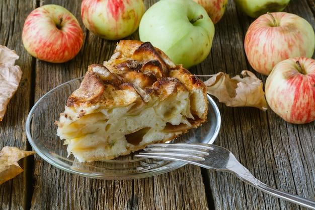 Kuchen mit bio-äpfeln und heiß gebrühtem tee