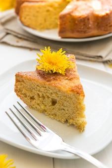 Kuchen mit blumen des löwenzahns
