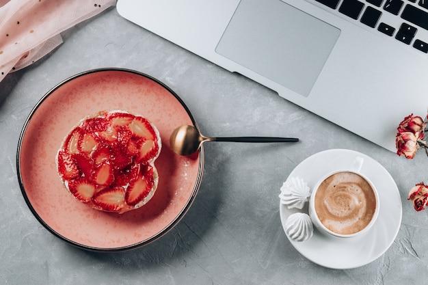 Kuchen mit erdbeeren und einer tasse kaffee