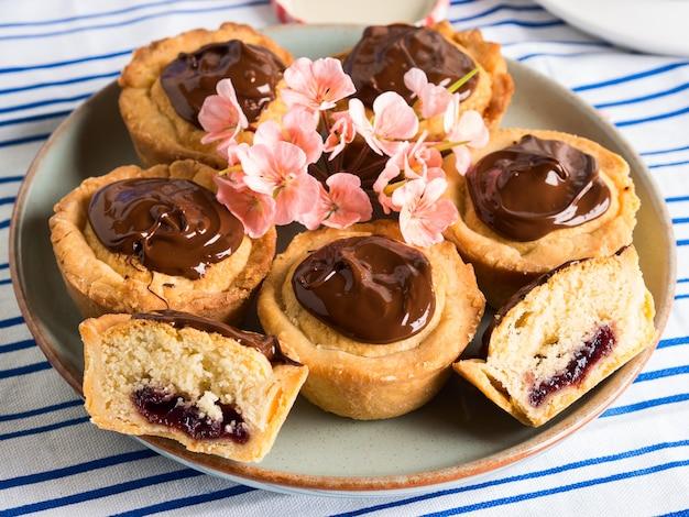 Kuchen mit frangipane, kirschmarmelade und schokolade