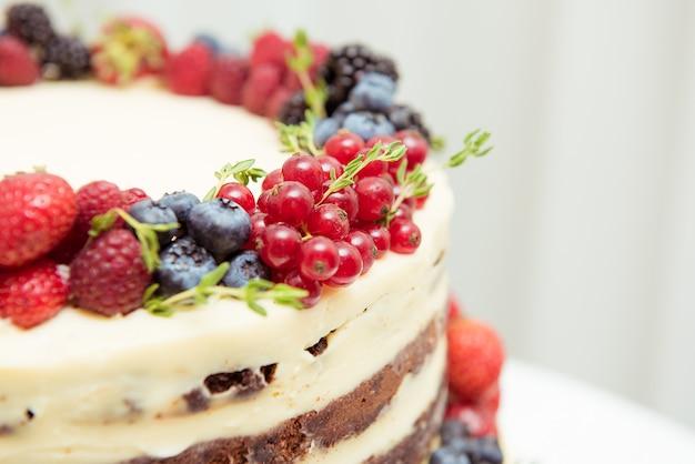 Kuchen mit frischen beeren. nahansicht.