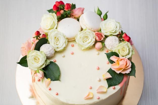 Kuchen mit frischen blumen und makronen