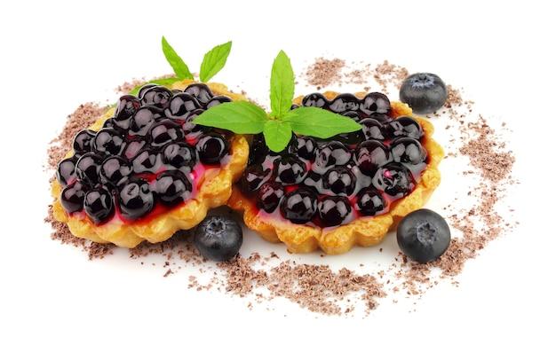 Kuchen mit frischer heidelbeere und minze