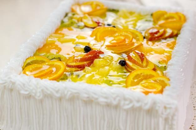 Kuchen mit fruchtscheiben. weiße sahne und gelee. zeit zum essen und feiern. süßes kunstwerk.