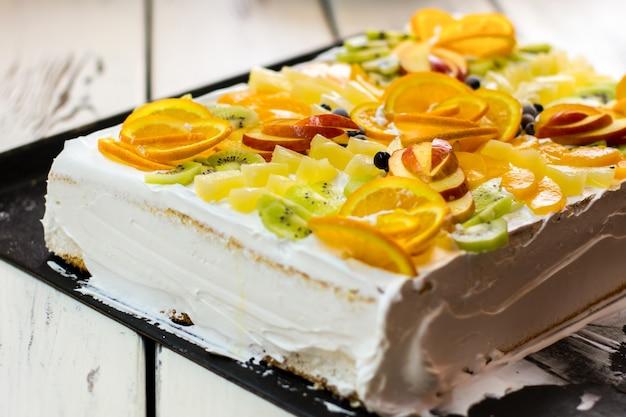 Kuchen mit früchten und sahne. beeren und apfelstücke. appetit und gesundheit. leckeres geschichtetes dessert.