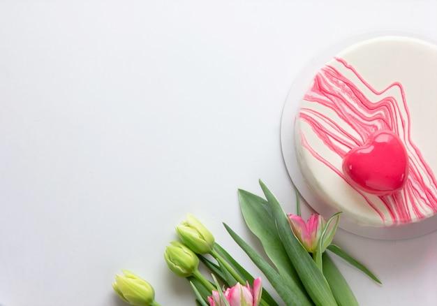 Kuchen mit herzform und blumen