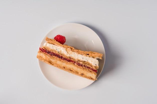 Kuchen mit himbeeren und cremeschicht minimalismus