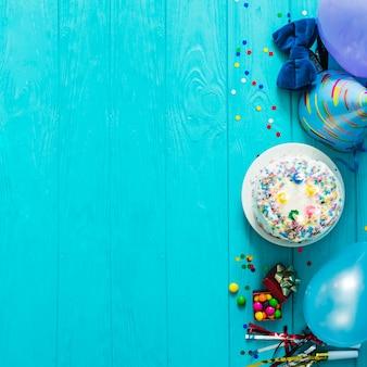 Kuchen mit hut und konfetti