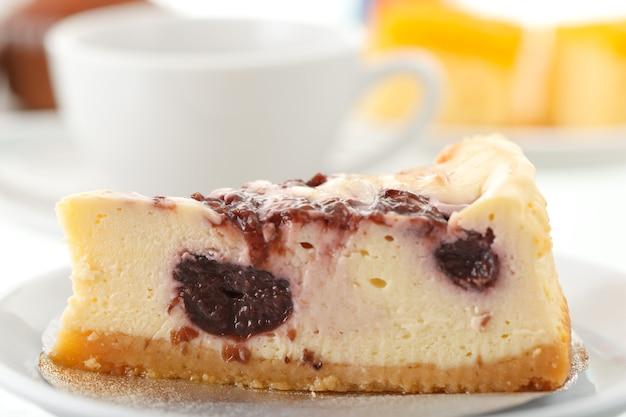 Kuchen mit kaffeetasse im hintergrund