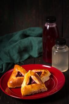 Kuchen mit kirschen und getränken in einer flasche