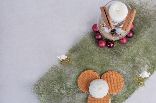 Kuchen mit kokosnussstreuseln auf grüner oberfläche