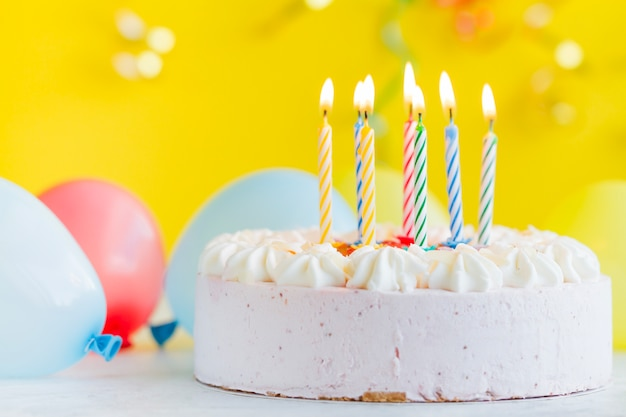 Kuchen mit lichtkerzen