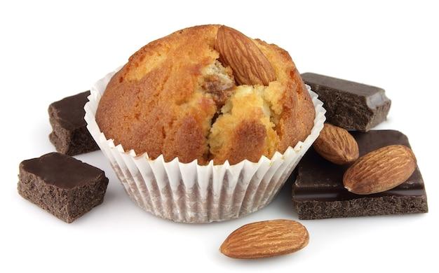 Kuchen mit mandeln und schokoladensegmenten