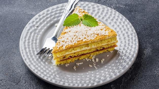Kuchen mit marmelade, buttercreme und minze