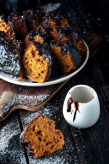 Kuchen mit marmelade und schokolade