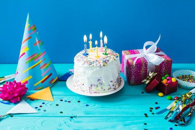 Kuchen mit partyhut und gegenwart