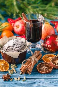 Kuchen mit puderzucker auf dem neujahrstisch