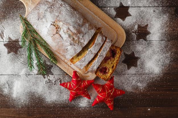 Kuchen mit puderzucker auf dem tisch des neuen jahres