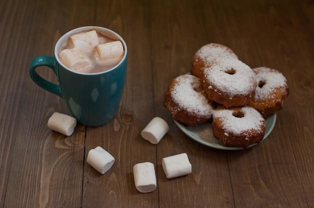 Kuchen mit puderzucker und kakao