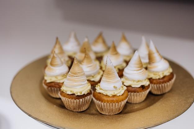 Kuchen mit sahne werden auf goldenem teller serviert