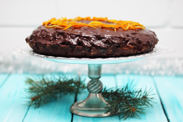 Kuchen mit schokoladenglasur mit kandierter orangenschale