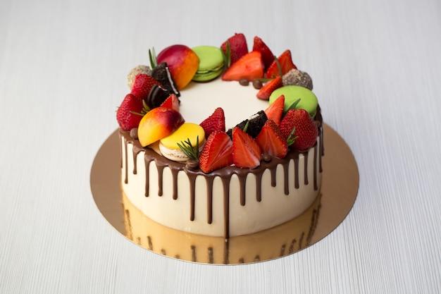 Kuchen mit schokoladentropfen, erdbeeren, pfirsichen, makronen, rosmarin und oreo