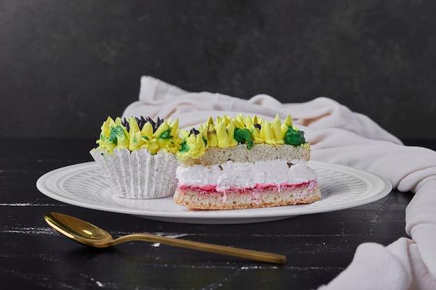 Kuchen mit sonnenblumenartdekoration in einem weißen teller.