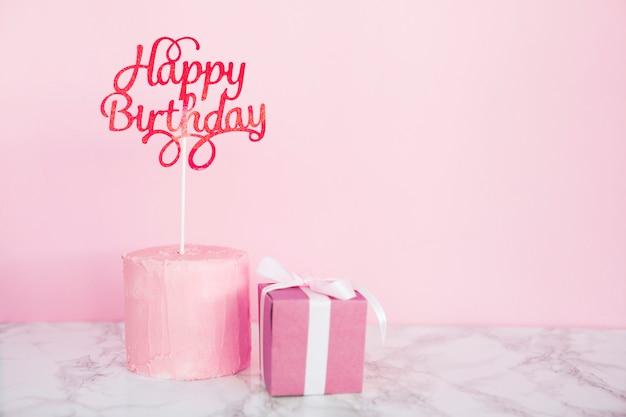 Kuchen mit topper und geschenk