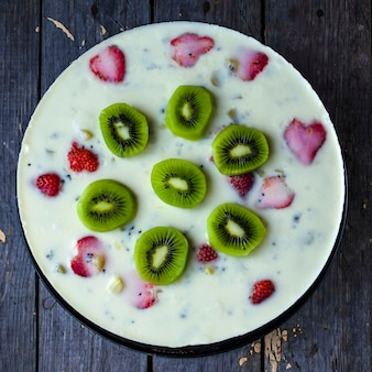Kuchen mit verschiedenen früchten als erdbeere, kiwi. draufsicht