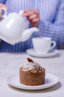 Kuchen mit zarter sahne und nüssen. hausgemachte teeparty. leckere hausgemachte desserts
