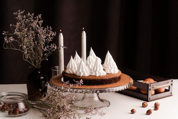 Kuchen mit zuckerguss und kerzen