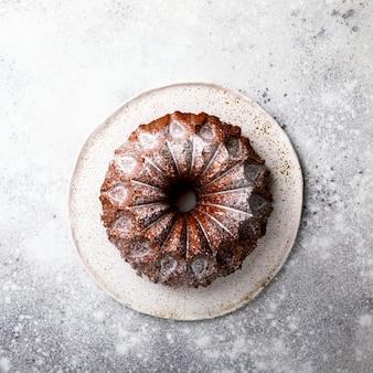 Kuchen mit zuckerpulver bestreut. süßer nachtisch.