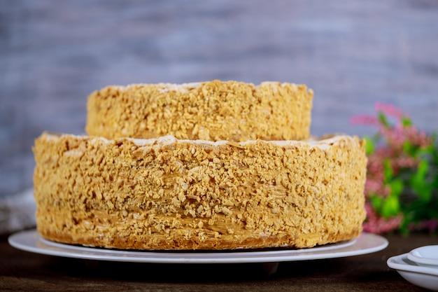 Kuchen napoleon mit blumen und weißen platten