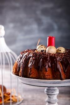 Kuchen-schokolade, die das bereifen verziert. ostern-feiertag backen.