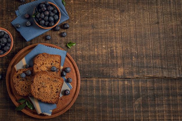 Kuchen und blaubeeren mit kopienraumhintergrund