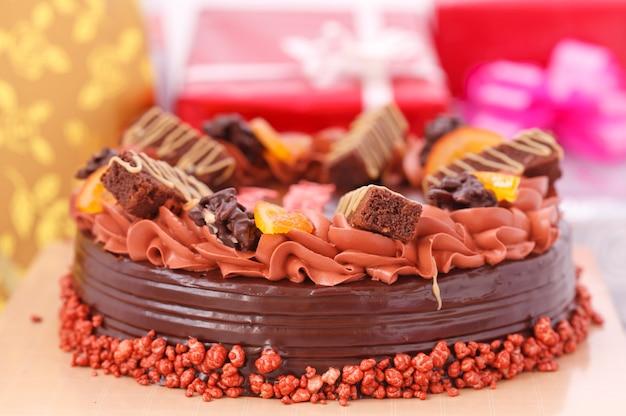 Kuchen- und geschenkboxen im hintergrund