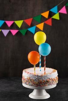 Kuchen- und partydekorationen arrangieren