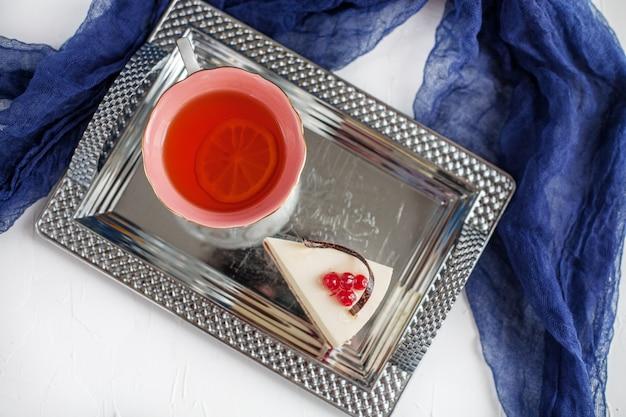 Kuchen und tee auf einem tablett. draufsicht das konzept von lebensmitteln, getränken