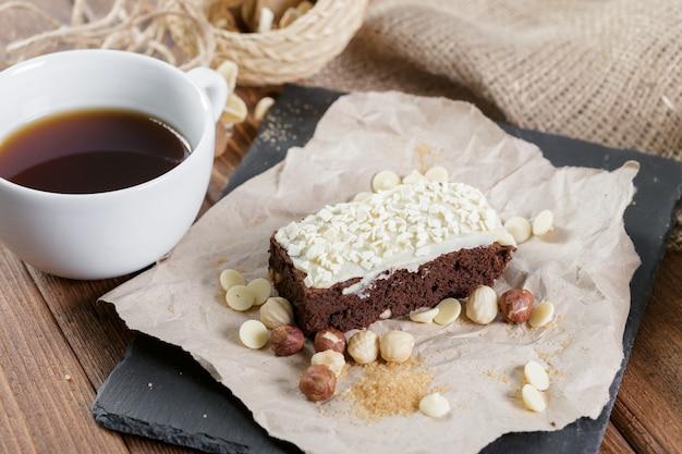 Kuchen- und teetasse zum frühstück