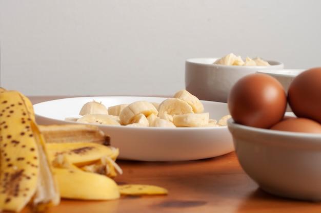 Kuchen zutaten - banane, eier, weizenmehl, butter, margarine, milch
