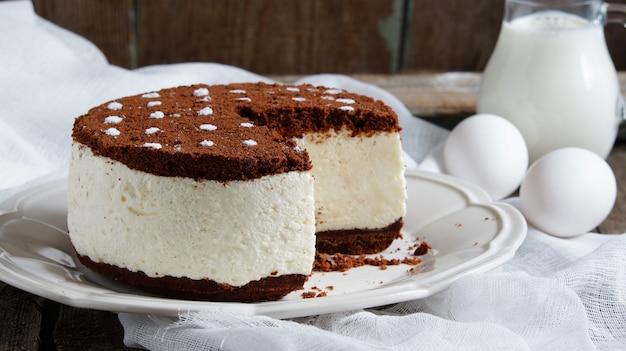 Kuchenauflauf mit sahne- und schokoladenplätzchenkrumen